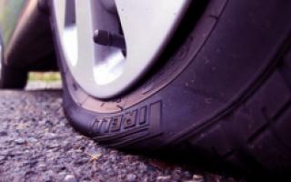 Как устранить спускание бескамерной шины